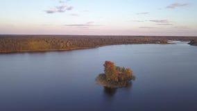 Eilanden op Meer Tiosto Schitterend de herfstlandschap stock videobeelden