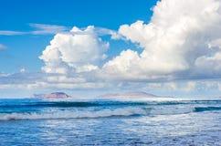Eilanden van de Chinijo-archipel van de kusten die van Lanzarote wordt gezien royalty-vrije stock foto's
