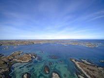 Eilandketting in de luchtmening van Noorwegen, hommelmening Stock Foto's