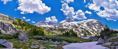 Eilandmeer in de Wind River-Waaier, Rocky Mountains, Wyoming, meningen van het backpacking van wandelingssleep aan Titcomb-Bassin stock afbeeldingen