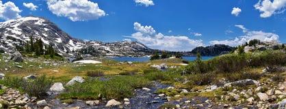 Eilandmeer in de Wind River-Waaier, Rocky Mountains, Wyoming, meningen van het backpacking van wandelingssleep aan Titcomb-Bassin royalty-vrije stock afbeelding
