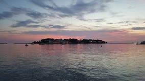 Eilandterugtocht bij zonsondergang stock foto's
