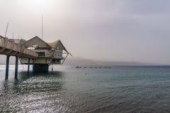 EILAT, ИЗРАИЛЬ - 28-ое марта 2018: Клуб Custo дайвинг-центра на побережье около Eilat, Израиля Стоковое Изображение