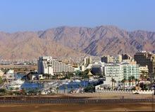 Eilat -海滨广场和红海的现代旅馆 免版税库存图片