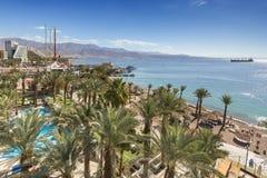 EILAT, ISRAEL - 15 DE ENERO DE 2018: Playa pública central de Eilat - ciudad famosa del centro turístico y de la reconstrucción e Imagen de archivo