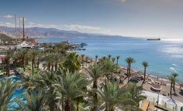 EILAT, ISRAEL - 15 DE JANEIRO DE 2018: Praia pública central de Eilat - cidade famosa do recurso e da recreação em Israel Foto de Stock Royalty Free