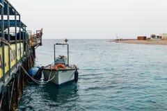 EILAT, ISRAEL - 28 de marzo de 2018: El observatorio subacuático Marine Park en una costa cerca de Eilat, Israel fotografía de archivo