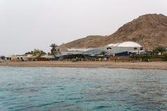 EILAT, ISRAEL - 28 de marzo de 2018: El observatorio subacuático Marine Park en una costa cerca de Eilat, Israel imágenes de archivo libres de regalías