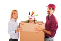 Eilbote liefern eine Geburtstag-Überraschung Lizenzfreies Stockfoto