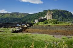 Eilean唐娜城堡看见与罕见的低潮 免版税库存图片