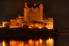 Eilean Donan城堡在晚上 免版税库存图片