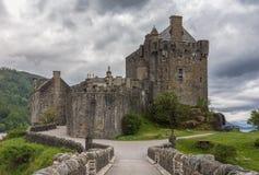 Eilean Donan Castle που βλέπει από τη γέφυρα για πεζούς, Σκωτία Στοκ εικόνα με δικαίωμα ελεύθερης χρήσης