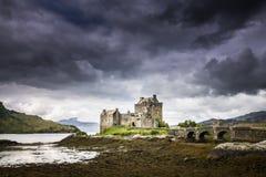Eilean Donan Castle dans les montagnes de l'Ecosse Photo stock