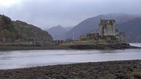 Eilean Donan Castle durante un día del otoño - Dornie, Escocia - Reino Unido almacen de metraje de vídeo