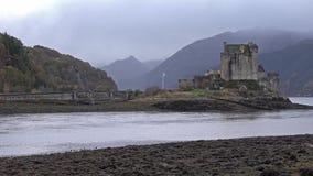 Eilean Donan Castle durante un día del otoño - Dornie, Escocia - Reino Unido metrajes