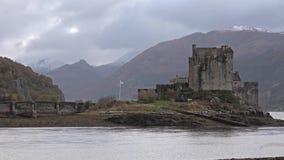Eilean Donan Castle durante un día del otoño - Dornie, Escocia - Reino Unido almacen de video