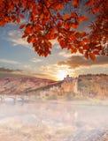 Eilean Donan Castle gegen Herbstlaub in den Hochländern von Schottland Lizenzfreie Stockbilder