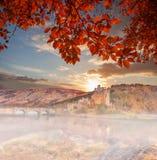 Eilean Donan Castle gegen Herbstlaub in den Hochländern von Schottland Stockfotografie