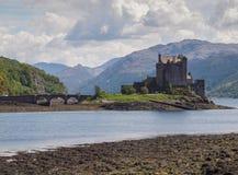 Eilean Donan Castle, montagnes écossaises Photos stock