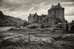 Eilean Donan Castle, montanhas, Escócia Imagem de Stock Royalty Free