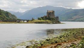 Eilean Donan Castle, montanhas escocesas foto de stock