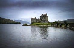Eilean Donan Castle nas montanhas escocesas Foto de Stock Royalty Free
