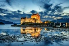 Eilean Donan Castle in Schotland tijdens blauw uur stock afbeeldingen