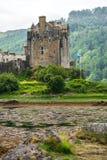 Eilean Donan Castle som placeras nära ön av Skye, Skottland, UK arkivfoto