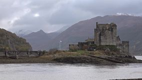 Eilean Donan Castle während eines Herbsttages - Dornie, Schottland - Vereinigtes Königreich stock video