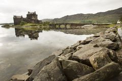 Eilean Donan Castle während eines warmen Sommertages - Dornie, Schottland stockfotografie