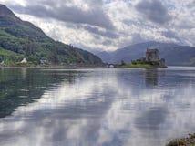 Eilean donan kasteel Schotland met bezinning Royalty-vrije Stock Afbeeldingen