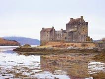 Eilean Donan kasztel z kamiennym mostem nad woda, Szkocja, zdjęcia royalty free