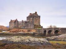 Eilean Donan kasztel z kamiennym mostem nad woda, Szkocja, obrazy stock