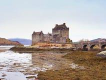 Eilean Donan kasztel z kamiennym mostem nad woda, Szkocja obrazy stock