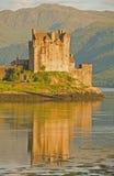 Eilean Donan Schloss in der Abendleuchte. lizenzfreie stockfotografie