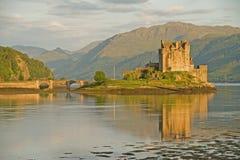 Eilean Donan Schloss in der Abendleuchte. lizenzfreies stockfoto