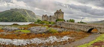Замок Eilean Donan & x28; Западные гористые местности, Scotland& x29; стоковое изображение rf
