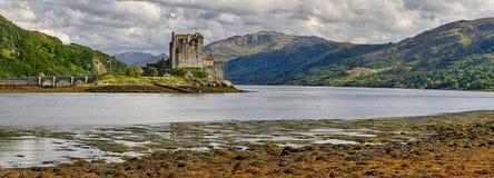 Средневековый замок Eilean Donan крепости & x28; Западные гористые местности, Scotland& x29; стоковое изображение rf