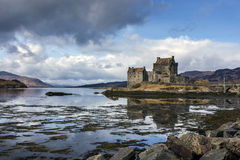 Eilean Donnan Castle dans les montagnes écossaises Photographie stock