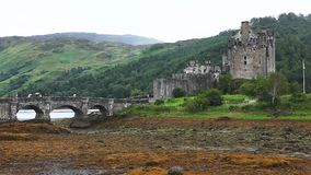 Eileen Donan Castle, un castillo hermoso encontró adentro en Escocia almacen de metraje de vídeo