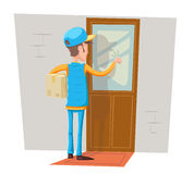 Eilkurier-Special Delivery Boy-Mann-Bote Cardboard Box Concept, das am Kunden-Tür-Wand-Hintergrund Retro- klopft Lizenzfreie Stockfotografie