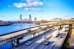 Eilweise von Portland mit Willamette-Fluss und Stahl-Brücke, stockbilder