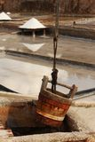 Eimer in einem Salzbergwerk Stockfotos