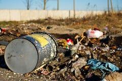 Eimer in einer Müllgrube lizenzfreie stockfotografie