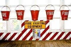 Eimer füllten mit Sand als Feuerbekämpfungsausrüstung Lizenzfreie Stockbilder
