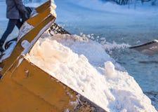 Eimer gefüllt mit Schneeschaufel Stockfoto