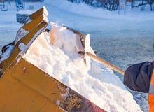 Eimer gefüllt mit Schneeschaufel Stockbild
