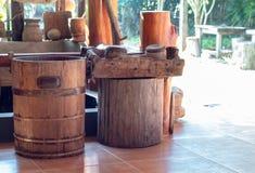 Eimer hergestellt vom Holz und von seinen Ausrüstungen lizenzfreie stockfotografie
