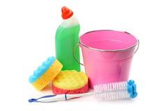 Eimer, Schwämme und chemische Produkte für das Säubern lokalisiert Lizenzfreies Stockbild