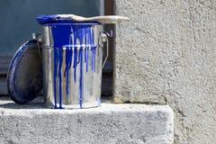 Eimer und Farbe, zum der Wände des Hauses zu malen lizenzfreie stockfotos